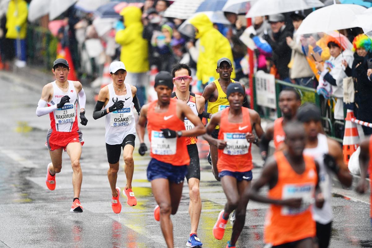 9907d0440a そして、このあたりで大迫選手が、徐々に中村選手につけなくなっていく様相を見せ始めました。25kmは先頭が1時間 13分29~31秒(14分43~46秒)で通過。