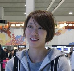 空港からオーストラリアの合宿へ行く福島千里選手の様子